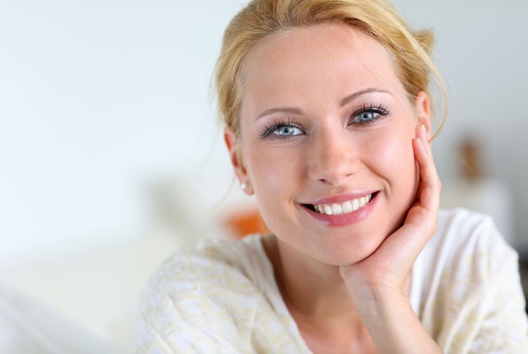 smiling-woman-with-blue-eyes
